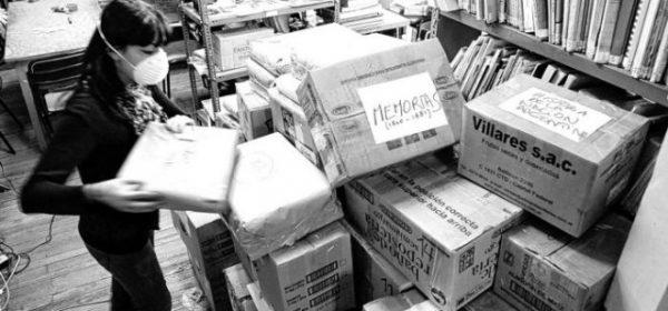 viedma / 20-05-10 traslado de la biblioteca historica provincial y cierre hasta nuevo aviso del museo <Tello. En la foto empleados de la biblioteca embalan libros, entre ellos incunables. foto marcelo ochoa
